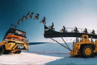 Видео: Владимир Ярыгин на мотоцикле перепрыгнул с грузовика на грузовик в движении: Книга рекордов Гиннесса