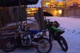 Михаил Михин промчался на мотоцикле по тонкому льду каналов Петербурга