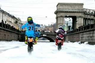 Мотоциклисты устроили заезд по замёрзшему каналу Грибоедова в Санкт-Петербурге | Падение | Видео